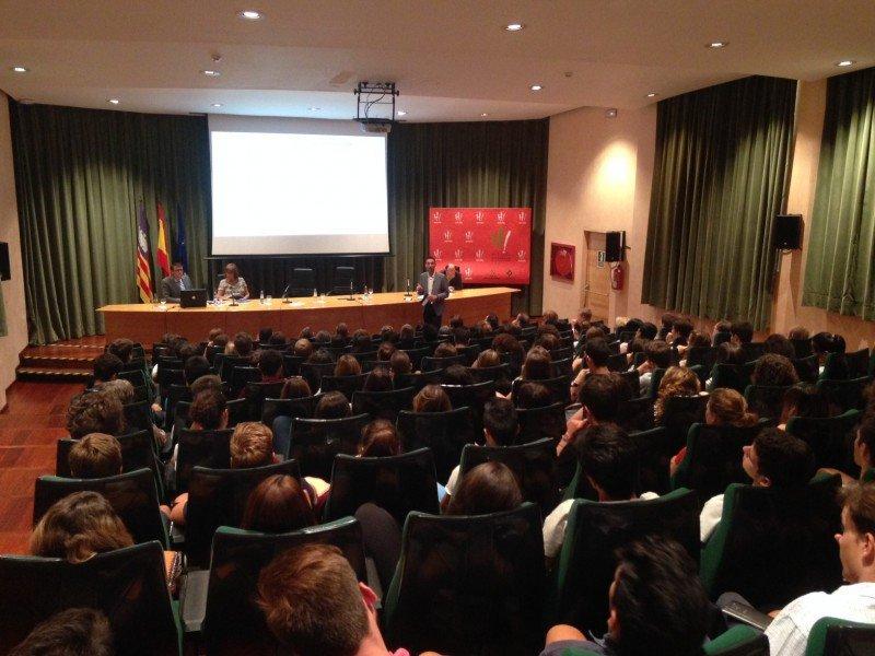 Los alumnos llenaron el auditorio de la facultad.