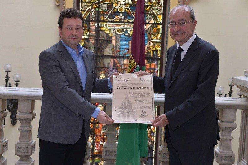 Manuel Molina, a la izquierda, junto al alcalde de Málaga, Francisco de la Torre, que en enero le nombró 'Hijo predilecto' de la ciudad.
