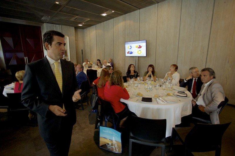 El gerente del Patronato de Turismo, Pablo Llinares, realizó una presentación de la oferta de la isla en un acto que contó con la presencia de una amplia representación del sector. Entre ellos, el presidente de CEAV, Rafael Gallego -a la derecha de la imagen-.