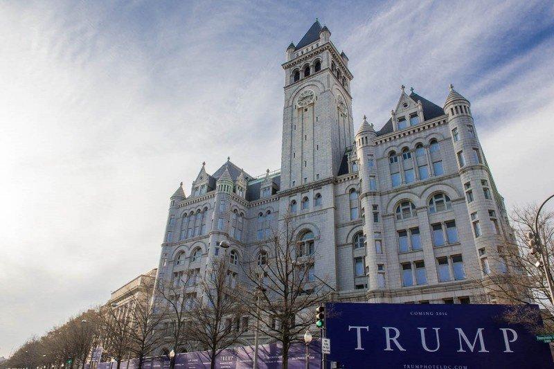 Trump abre su hotel junto a la Casa Blanca entre protestas