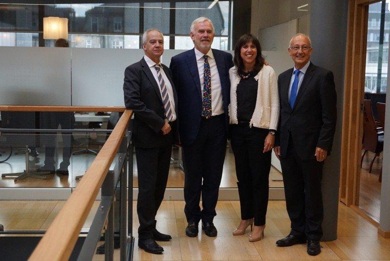 De izquierda a derecha, el presidente del Consejo de Vigilancia de IFA, Santiago de Armas, el empresario noruego Ragnar Lyng, y los consejeros delegados de IFA, Yaiza García y Jordi Llinàs.