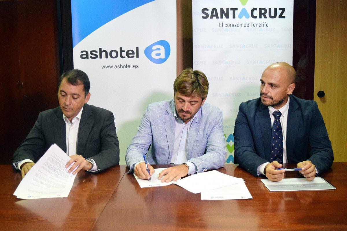 El alcalde de Santa Cruz de Tenerife, José Manuel Bermúdez; el presidente de Ashotel, Jorge Marichal, y el concejal de la Sociedad de Desarrollo, Alfonso Cabello, en el momento de la  firma del acuerdo.