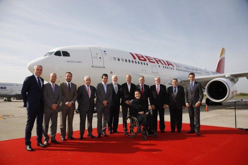 Las autoridades argentinas reciben el vuelo conmemorativo y a los altos directivos de la compañía.