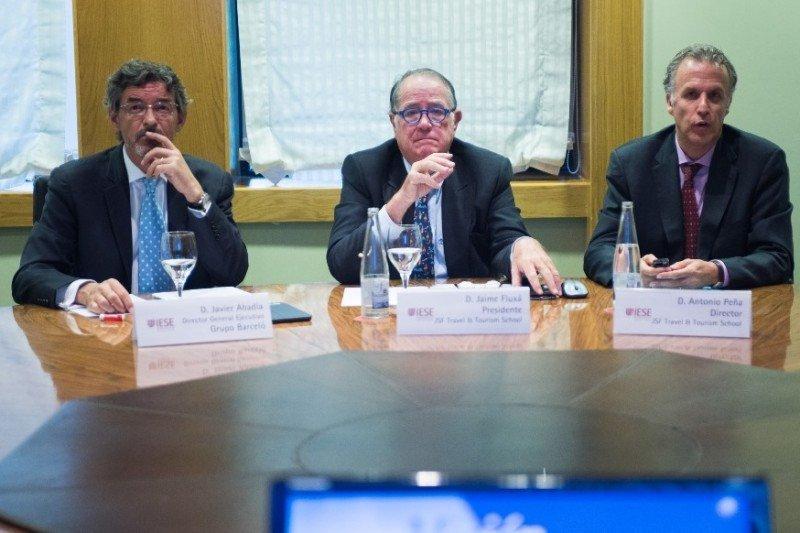 Javier Abadía, director general corporativo de Grupo Barceló, en representación de los patronos de la escuela; Jaime Fluxá, presidente de JSF Travel School, y Antonio Peña, director.