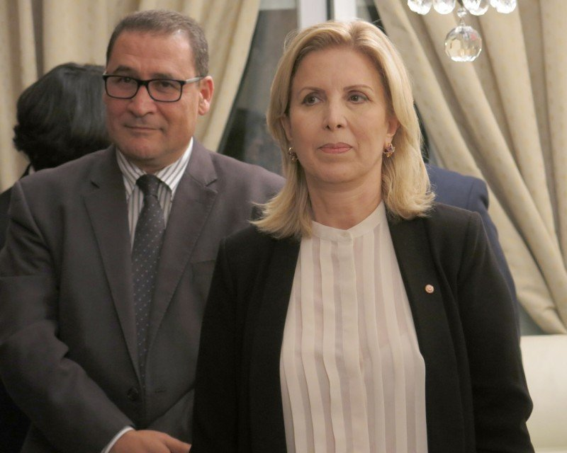 La ministra de Turismo de Túnez, Salma Elloumi Rekik, junto al director general de la Oficina Nacional de Turismo de Túnez, Abdellatif Hamam.