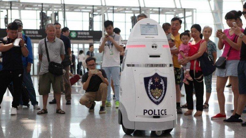 Primer robot policía entra en servicio en el Aeropuerto de Shenzhen, China.