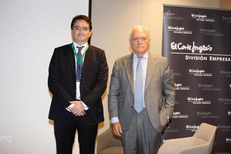 De izq. a dcha, Víctor Liñero, director de El Corte Inglés División Empresas; y Gabriel García, presidente de la AEHM, en la jornada Renueva Hotel.