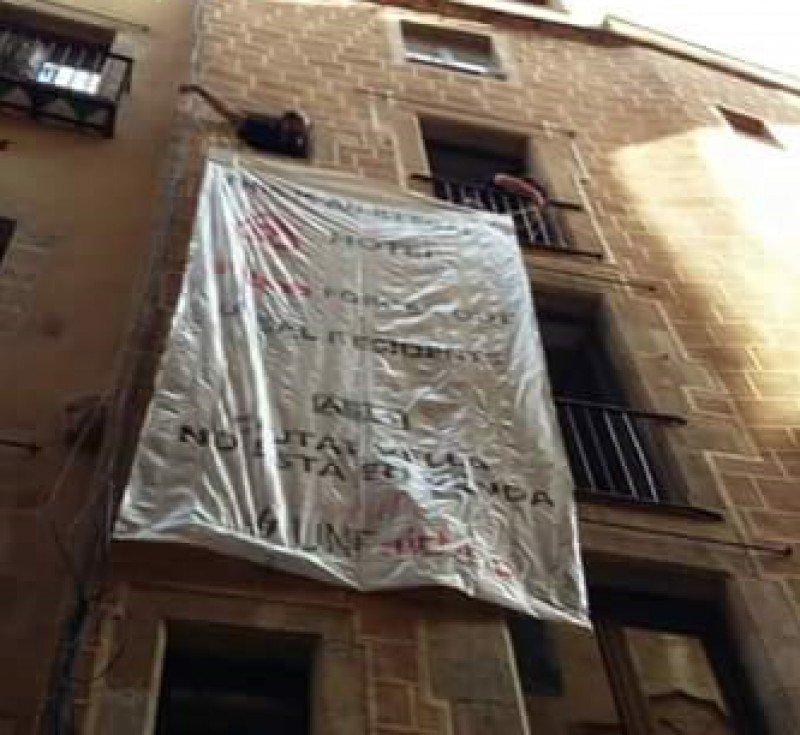 Pancarta desplegada por los activistas en el piso turístico