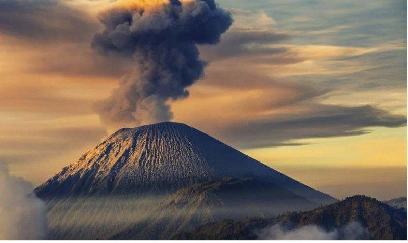Cerca de 400 turistas atrapados por la erupción de un volcán en Indonesia