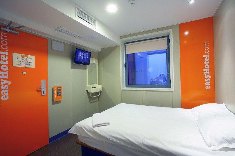 Su producto low cost se caracteriza por contar con los elementos esenciales de una habitación, básicamente cama, baño y televisión, y el cliente paga en función de lo que necesite: limpieza diaria, habitación con ventana, etc.