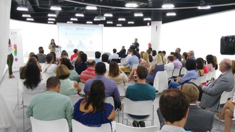La directora gerente de FIT Canarias, Carmen de Miguel, presentó a los participantes en esta jornada, Pablo Delgado, de Mirai, y Javier Delgado, de Google.