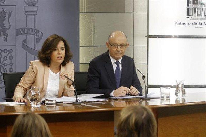 La vicepresidenta, ministra de la Presidencia y portavoz del Gobierno en funciones, Soraya Sáenz de Santamaría, y el ministro de Hacienda y Administraciones Públicas en funciones, Cristóbal Montoro.