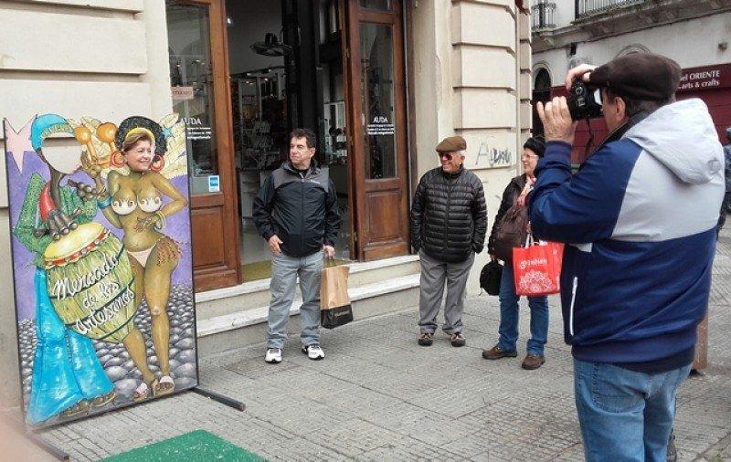 Turistas de Brasil disfrutan del invierno en Montevideo.