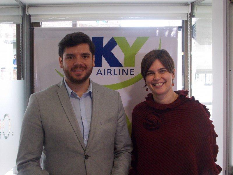 David Fuentes (Subgerente de comunicaciones de Sky Airline) y Andrea Jans (Country manager en Argentina)