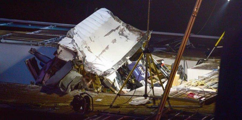 La cabina en la que iban los dos tripulantes resultó totalmente destruida.