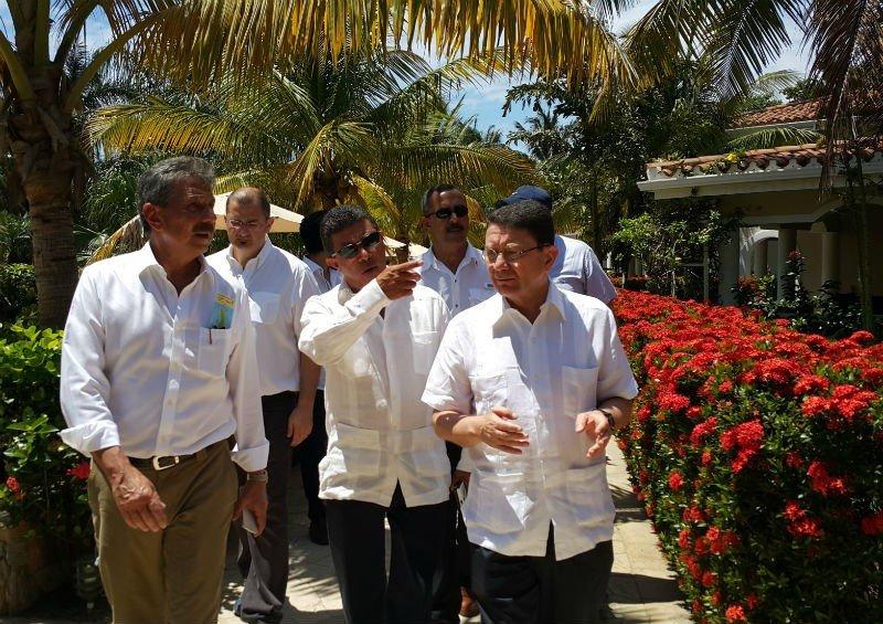 Emilio Silvestri acompaña al secretario general de la OMT, Taleb Rifai, en una visita a Honduras.