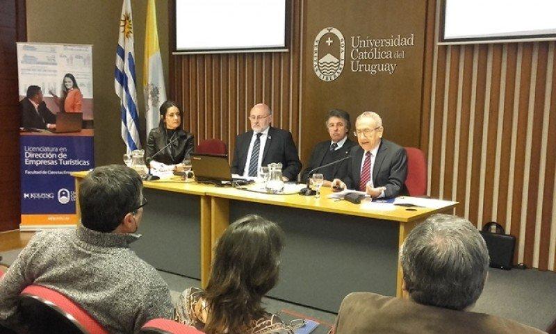 Conferencia académica sobre turismo inclusivo en la Universidad Católica.