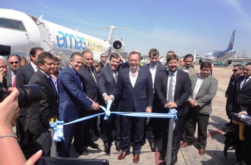 El ministro Gustavo Santos recibió el vuelo inaugural en Aeroparque, donde además del arco de agua se realizó un corte de cinta.