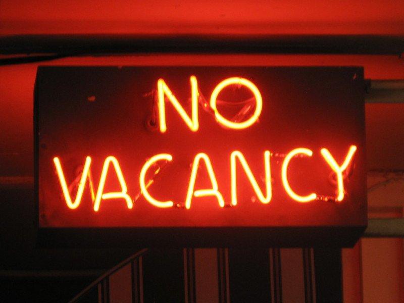 Si la competencia llena pronto y el hotel aguanta, se queda solo para recoger toda la demanda a un precio más alto.