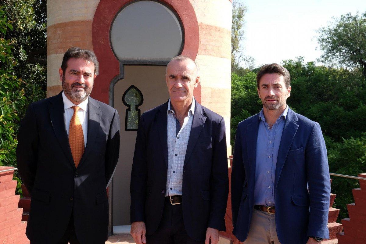 Antonio Muñoz, delegado de Hábitat Urbano, Cultura y Turismo del Ayuntamiento sevillano, en el centro, con representantes del Consorcio de Turismo de Sevilla y Contursa.