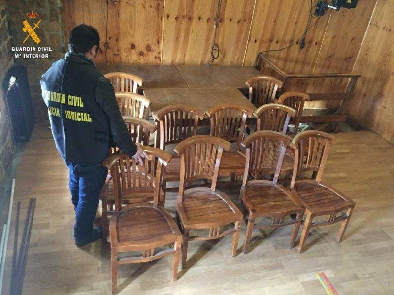 Imagen de la Guardia Civil de parte del mobiliario del hotel sustraído y recuperado.