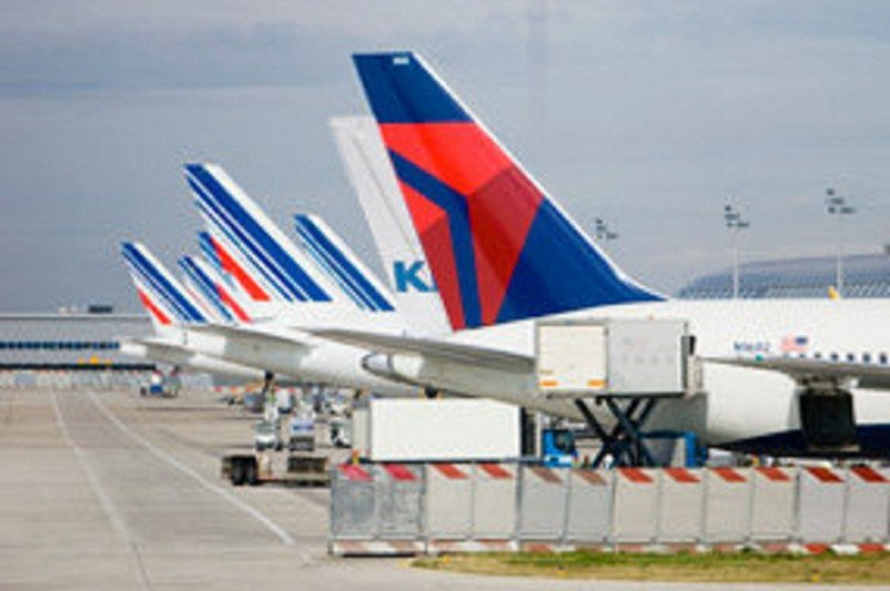Cuatro aerolíneas se defienden de las rivales del Golfo