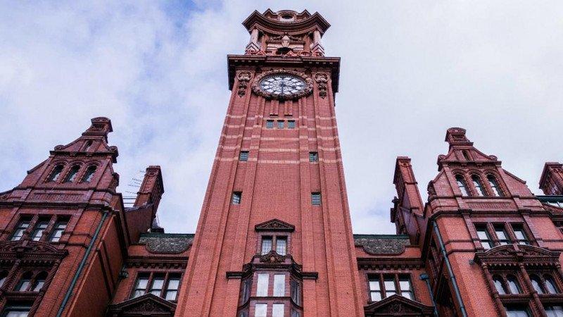 The Principal Manchester, el primero de la marca, está formado por tres edificios anexos construidos entre 1895 y 1932 y cuenta con una torre del reloj de 66 metros.