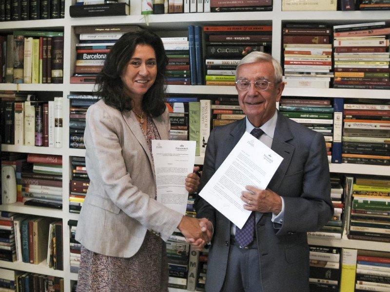 Ángeles Alarcó y Rafael Ansón, en la firma de la renovación del acuerdo entre Paradores y la Real Academia de la Gastronomía.