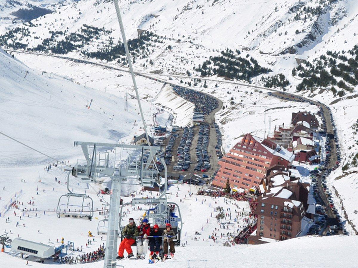 Las estaciones de nieve se preparan para la próxima tempora de esquí.