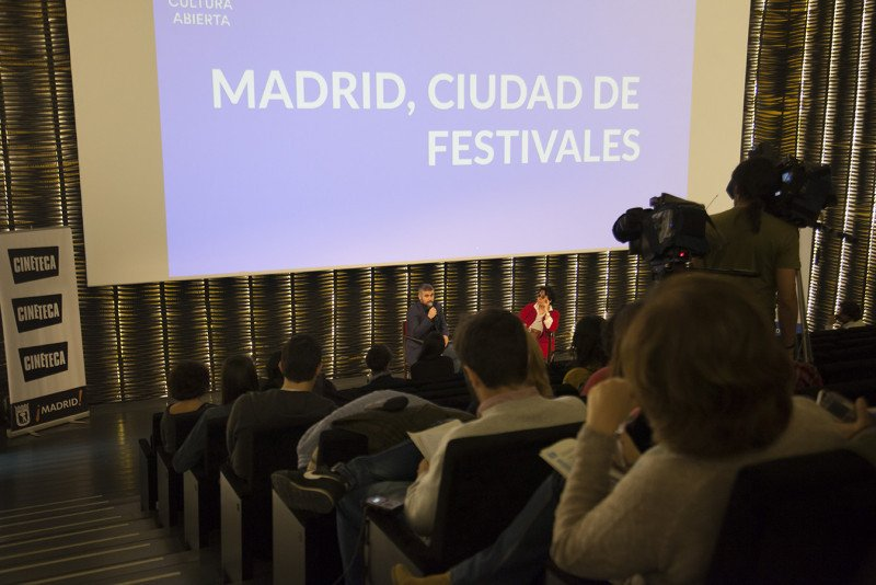 El director de gabinete del Área de Cultura y Deportes, José Haro, y la cineasta Lola Salvador presentaron ayer el proyecto.