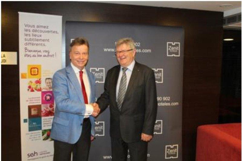 De izq. a dcha, Javier Catalán, presidente de Zenit Hoteles; y Jean Lavergne, presidente de SEH United Hoteliers, tras la firma del acuerdo.