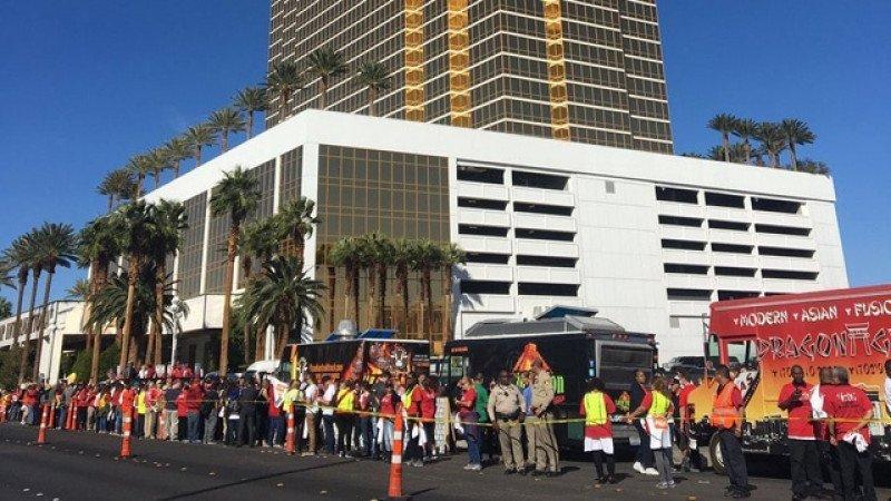 Levantan un muro simbólico frente al Hotel Trump en Las Vegas