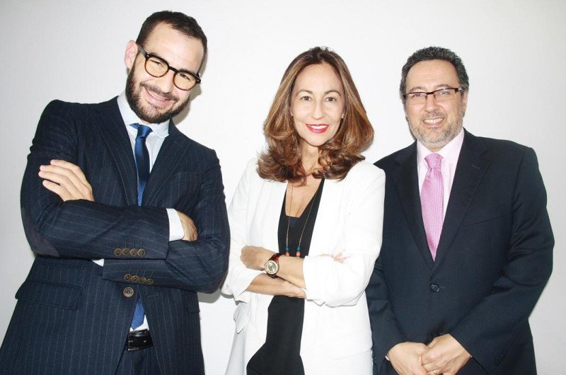 De izq. a dcha, Marc Molas y África Palau, socios fundadores de Planet Hotels and Resorts, junto a Nabil Lamarty.