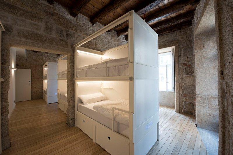 El Bluesock Hostel Oporto alberga 230 camas en habitaciones individuales y compartidas hasta para 13 personas.