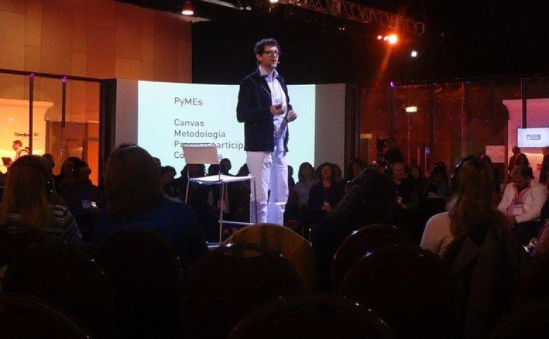 Gustavo Stecher ofreció una ilustrada charla sobre marcas y gráfica en el Marktur Forum.