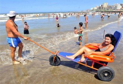 Proponen que las sillas anfibias sean obligatorias en las playas de Argentina