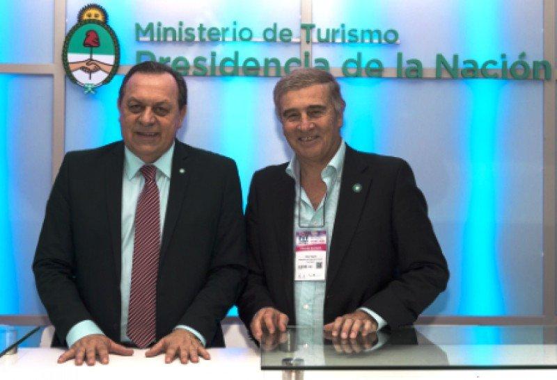 Ministros Santos y Aguad en la firma del acuerdo suscrito en la jornada de cierre de la FIT 2016.