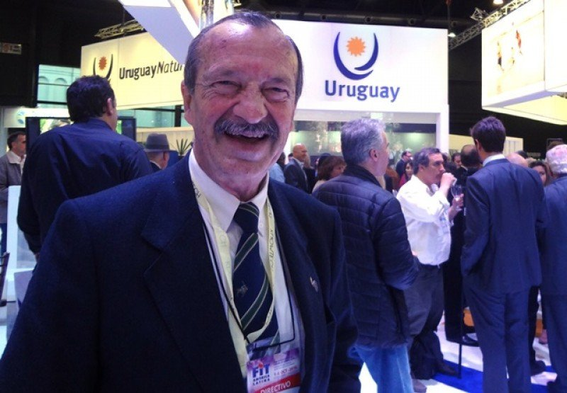 Martin Rossani en el stand de Uruguay en la FIT 2016.