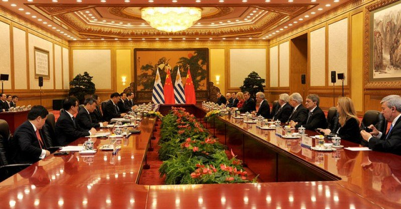Los presidentes de Uruguay y China junto a sus delegaciones reunidos en Beijing esta semana. Foto: Presidencia Uruguay