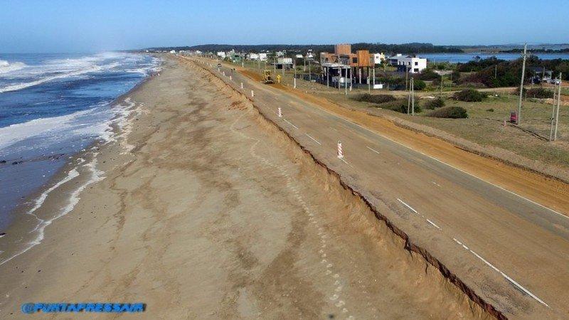 Ruta 10, camino a José Ignacio, severamente dañada. Los médanos que la protegían fueron arrastrados por el agua. Foto: PuntaPress