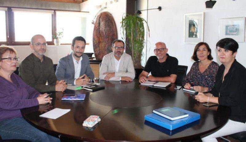 El vicepresidente del Govern balear, Biel Barceló, con los representantes del Ayuntamiento de Ibiza encabezados por su alcalde, Rafa Ruiz. Imagen: Ayuntamiento de Ibiza.