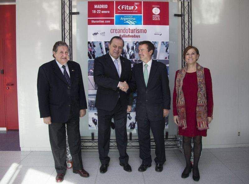 El director general de Ifema, Eduardo López-Puertas, y el ministro de Turismo de Argentina, Gustavo Santos, estuvieron acompañados por la directora de FITUR, Ana Larrañaga, y por el embajador de Argentina en España, Ramón Puerta.