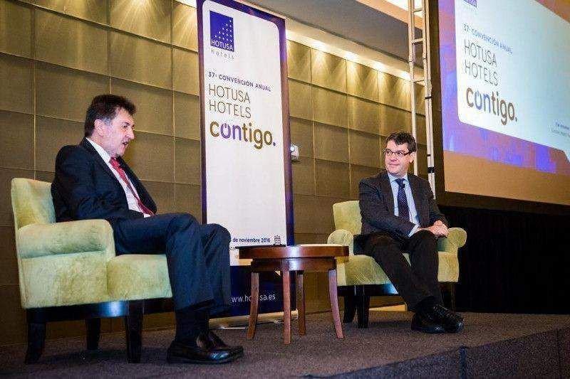Álvaro Nadal junto a Amancio López ayer durante su intervención en la convención anual de Hotusa Hotels horas antes de ser nombrado oficialmente ministro.