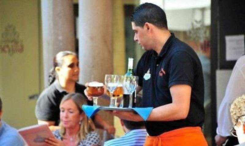 El mayor volumen de ocupados corresponde a la actividad de servicios de comidas y bebidas.