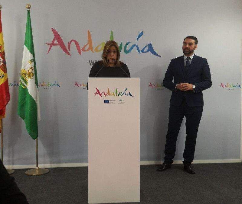 Susana Díaz, acompañada del consejero de Turismo, Francisco Javier Fernández, en el stand de Andalucía en la WTM.