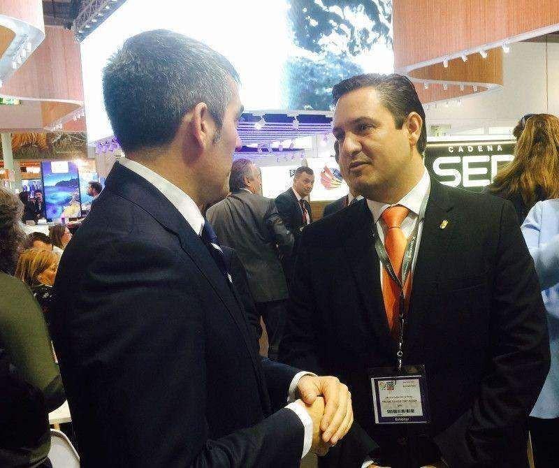 El presidente de Canarias, Fernando Clavijo, que se desplazó a la WTM, junto al alcalde de Arona, José Julián Mena.