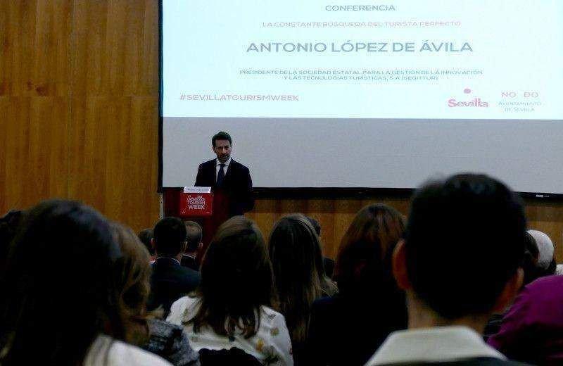 El gerente del Consorcio de Turismo de Sevilla, Antonio Jiménez, durante la presentación de la jornada.