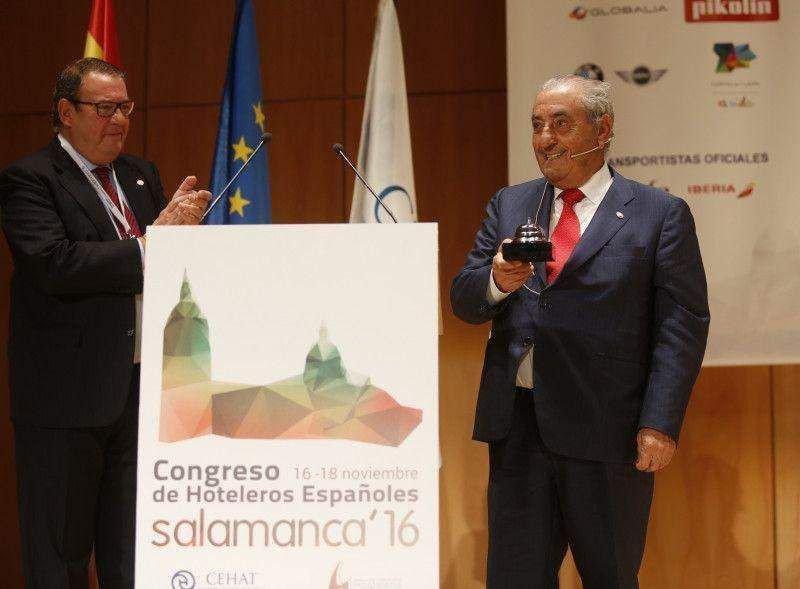 CEHATpremia a Juan José Hidalgoconel galardónalHotelerodeHonor