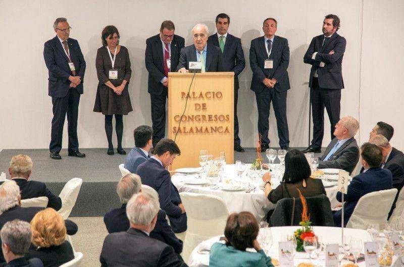 José María Carbó, un histórico del sector, en el momento de recibir el Premio Gaspart Bonet, rodeado, entre otros, por Joan Gaspart, Joan Molas, José Guillermo Díaz Montañés y su hijo José María Carbó.