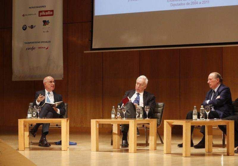 Durán i Lleida, García-Margallo y Gay de Liébana debatieron cómo el Brexit, el problema de la inmigración, la integración europea o el auge de los movimientos populistas impactan en el turismo.